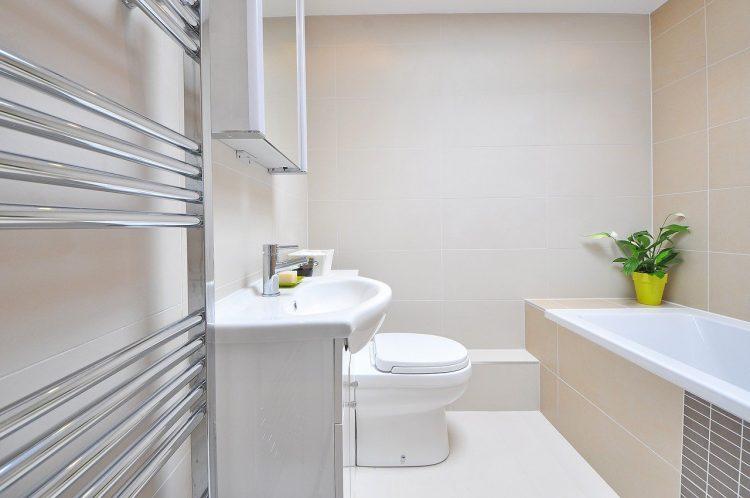 salle de bain avec un porte serviette au premier plan