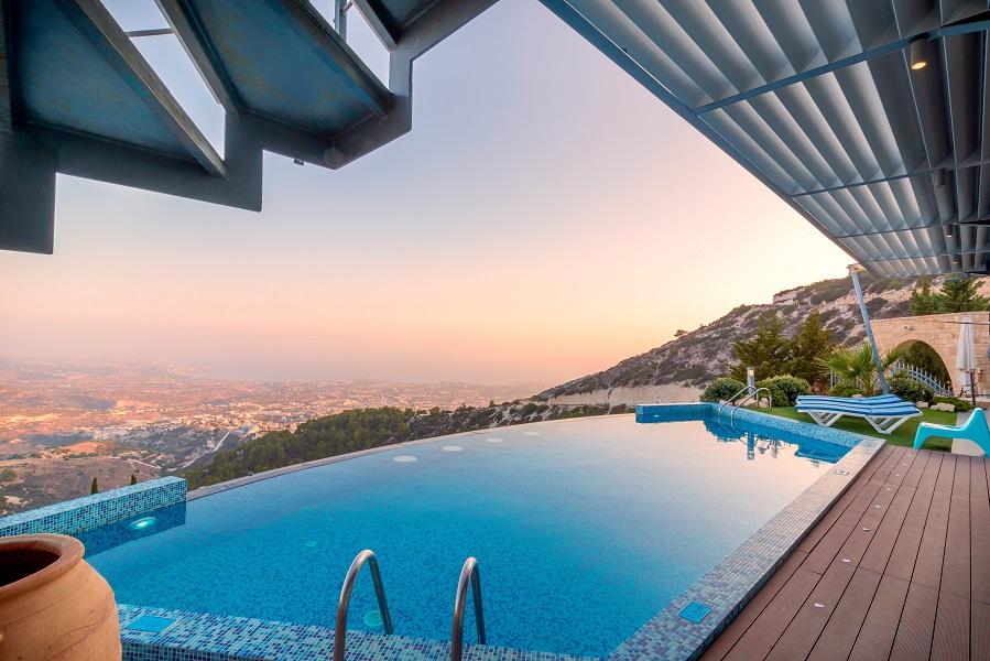 piscine avec vue sur une ville