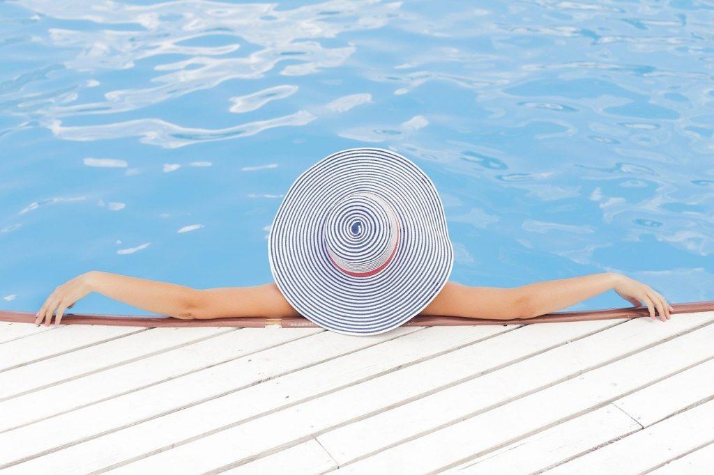 femme détendue au bord dans la piscine