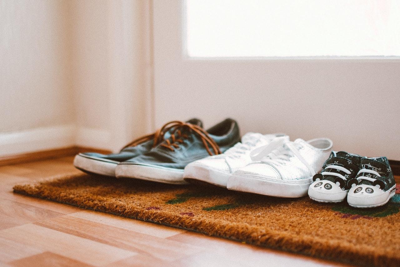 chaussures posées sur un paillasson