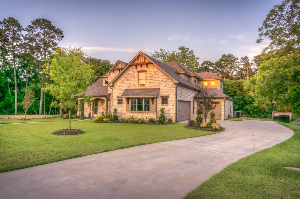maison avec une façade en pierres