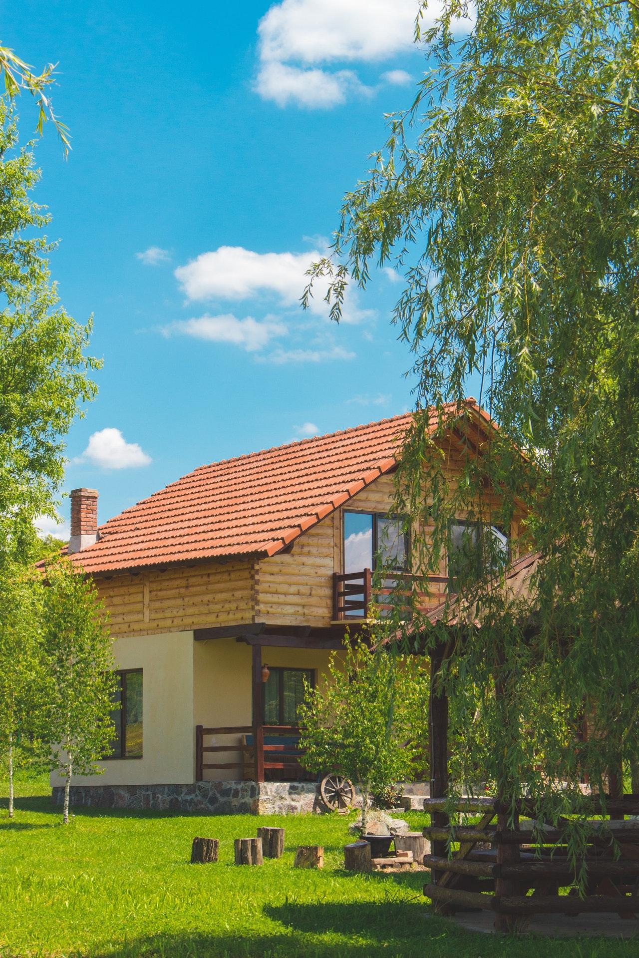 maison avec un grand jardin