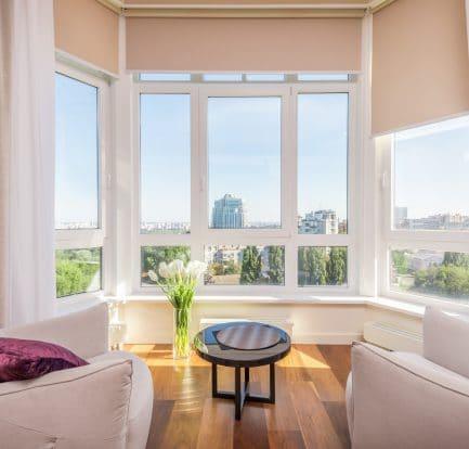Grande baie vitrée lumineuse au salon